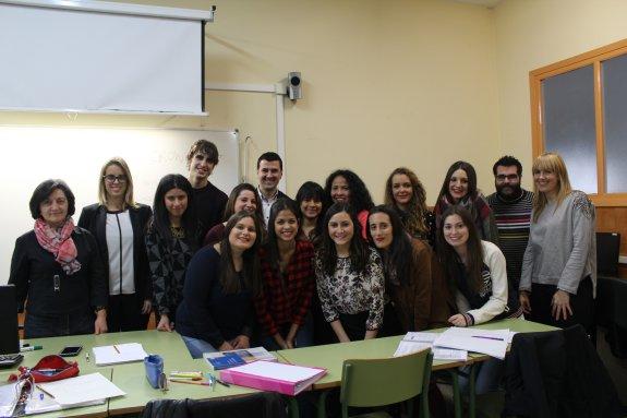 Myriam García y Raúl Martínez, de SDI, con los alumnos del IES Valle del Cidacos.